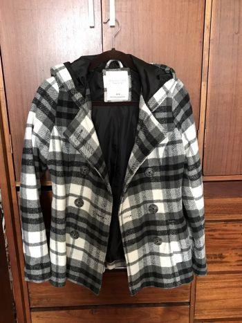 Abrigo gris con negro y blanco aeropostale talla M