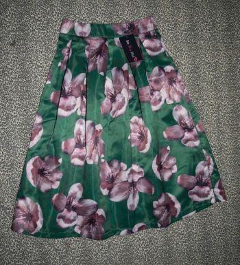 Falda verde con estampado de flores