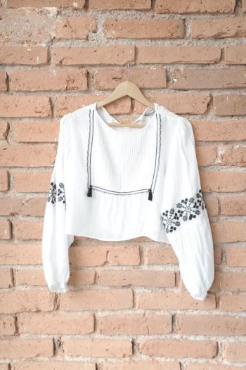 Crop top con bordados