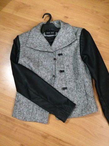Abrigo gris con mangas de piel