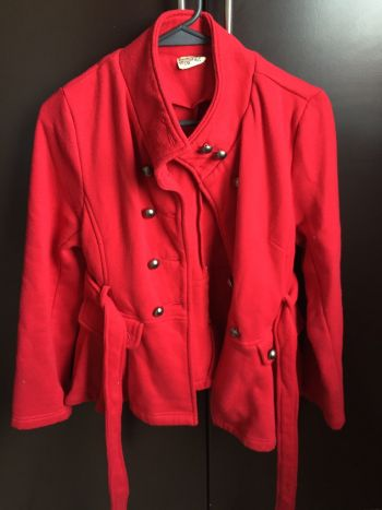 Abrigo rojo con cinto