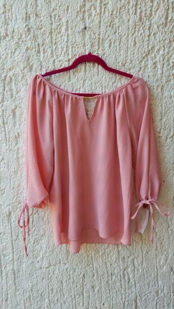 Blusa rosa con detalles en dorado