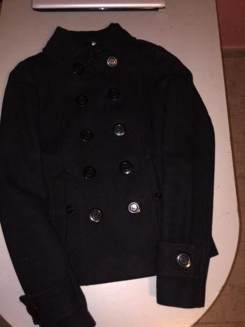 Abrigo negro con regalo