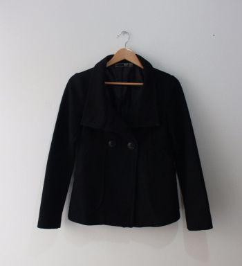 Abrigo negro corto con dos botones