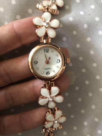 Reloj blanco con dorado y brillantes