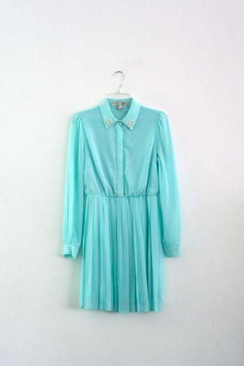 Vestido en color turquesa con perlas.