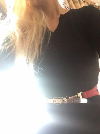 Cinturón rojo con metal dorado