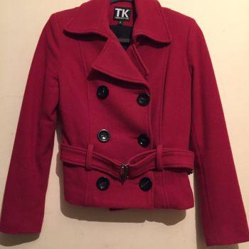 Abrigo rojo.