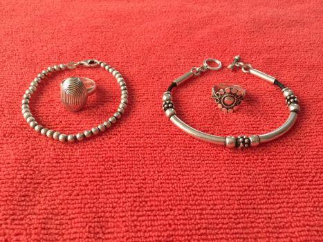 2 juegos de pulseras y anillos