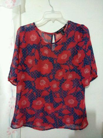 Blusa de gaza flores rojas con azul marino