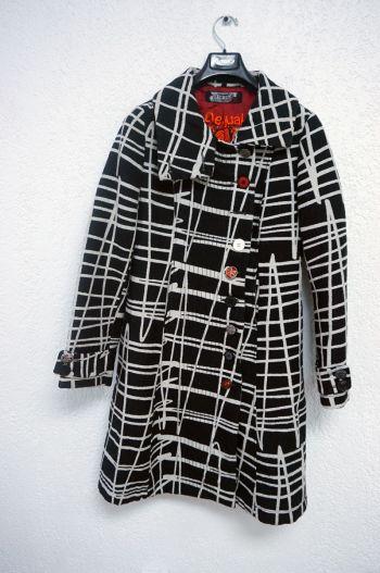 Abrigo blanco y negro.