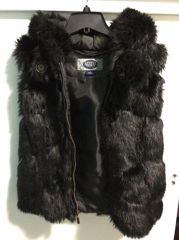 Faux fur vest negro