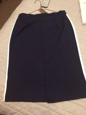 Falda azul marino con vivos blancos