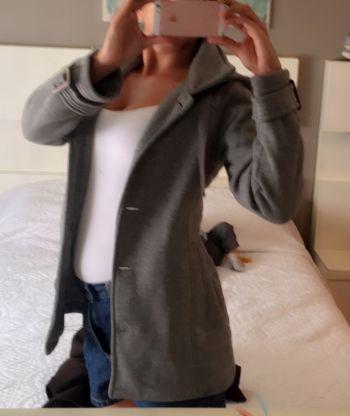 Abrigo corto color gris con gorro talla M
