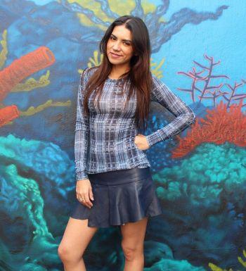Minifalda de efecto piel en color azul oscuro.