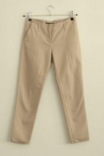 Pantalón entubado en color beige.