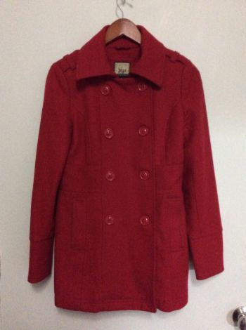 Abrigo corto color rojo cereza