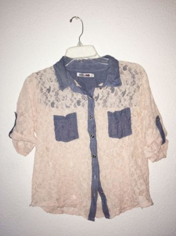 Camisa de encaje con detalles de mezclilla