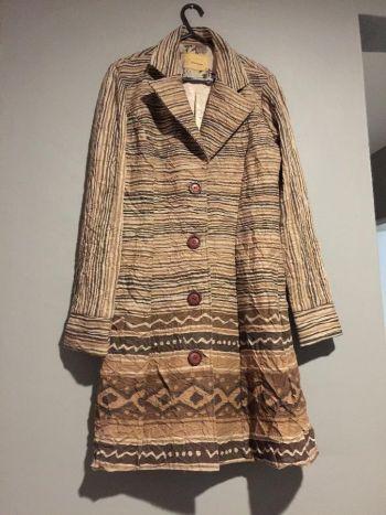 Abrigo largo figuras y líneas