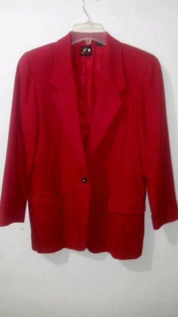 Hermoso abrigo color rojo