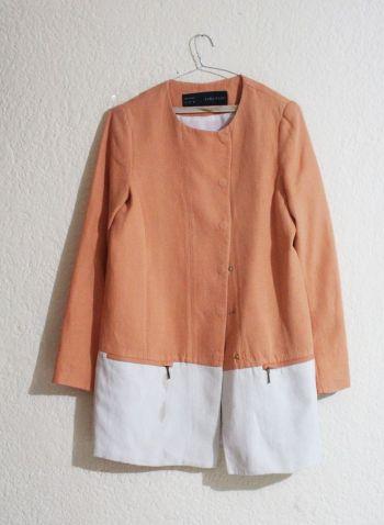 Abrigo naranja y blanco