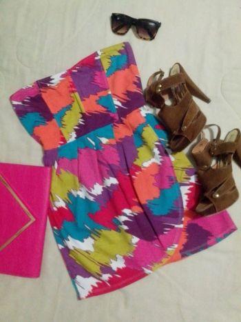 Vestido strapless estampado colorido