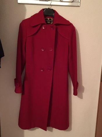 Abrigo largo color rojo con botones