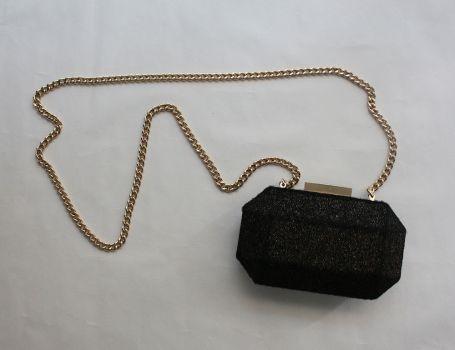 Bolso negro con dorado y cadena dorada