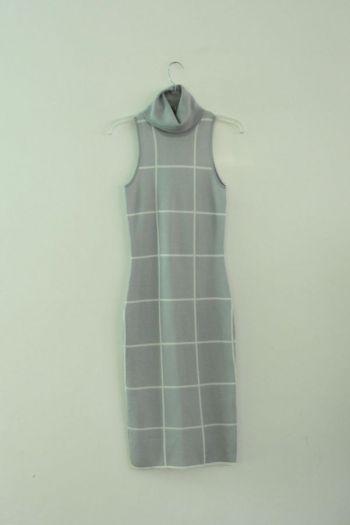 Vestido de cuadros en color gris.