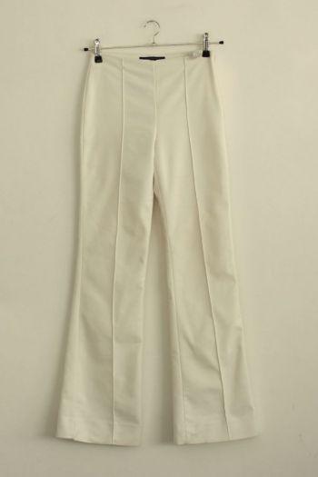 Pantalón acampanado en color blanco