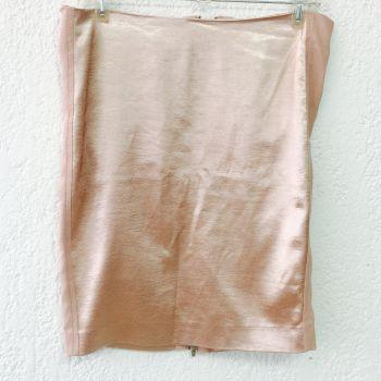Falda rosa con cierre.