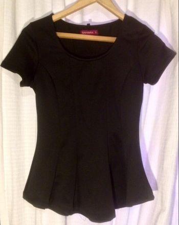 Blusa negra estilo pleplum