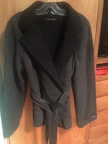 Abrigo gris y negro