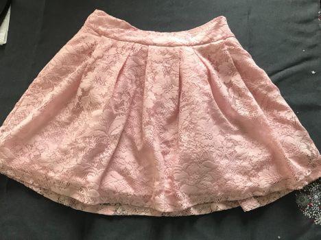 Falda rosa de encaje con forro