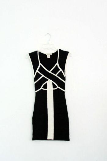 Vestido negro con blanco.