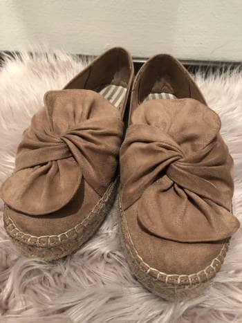 Zapatos bajos rosas con moño