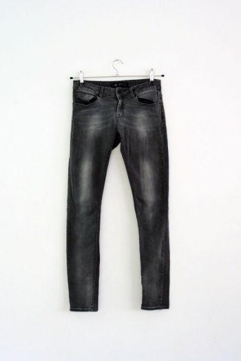 Pantalón entubado en color gris.