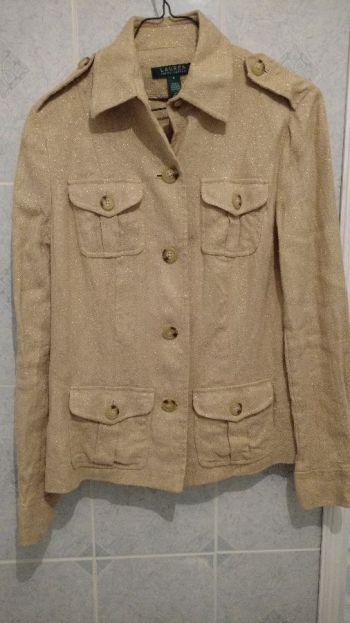Abrigo beige con detalles metálicos