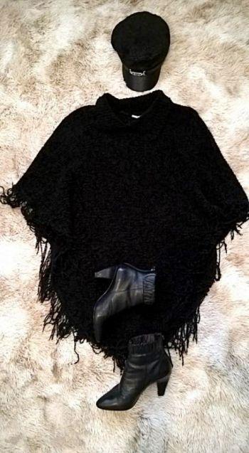 Poncho negro con flecos