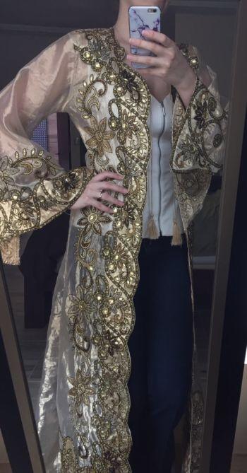 Abrigo de hilo dorado bordado con pedreria