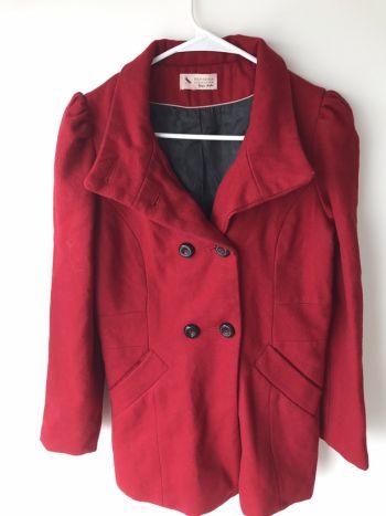 Abrigo rojo Bershka