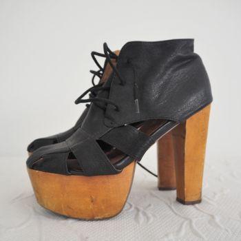Zapatos de tacón en color negro.