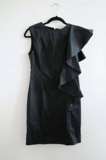 Vestido negro con volante