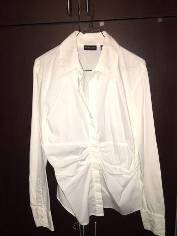Blusa blanca de vestir con pliegues en la cintura