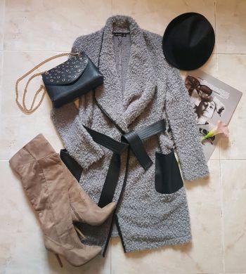Abrigo gris con cinta y bolsas de vinipiel