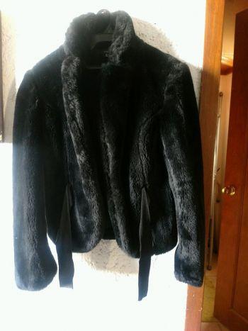 Abrigo tipo peluche negro Zara