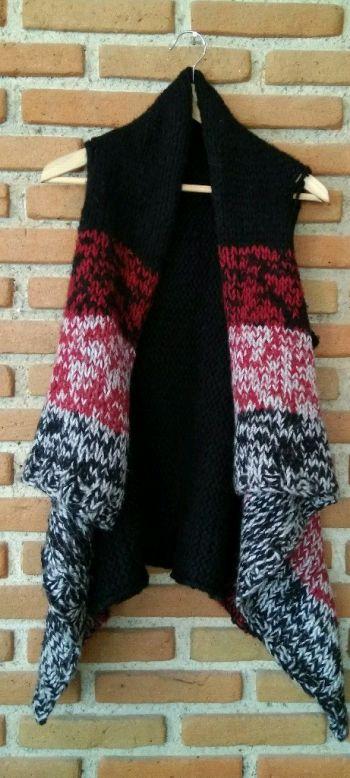 Chaleco negro con rojo