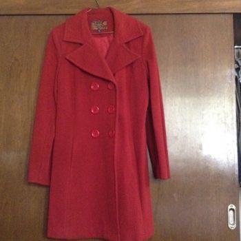 Abrigo rojo usado