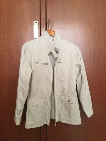 Chaqueta beige tipo impermeable
