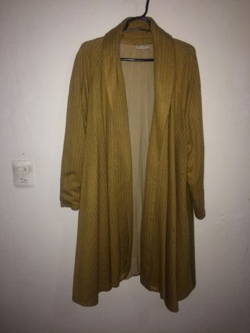 Abrigo color mostaza muy elegante y abrigador